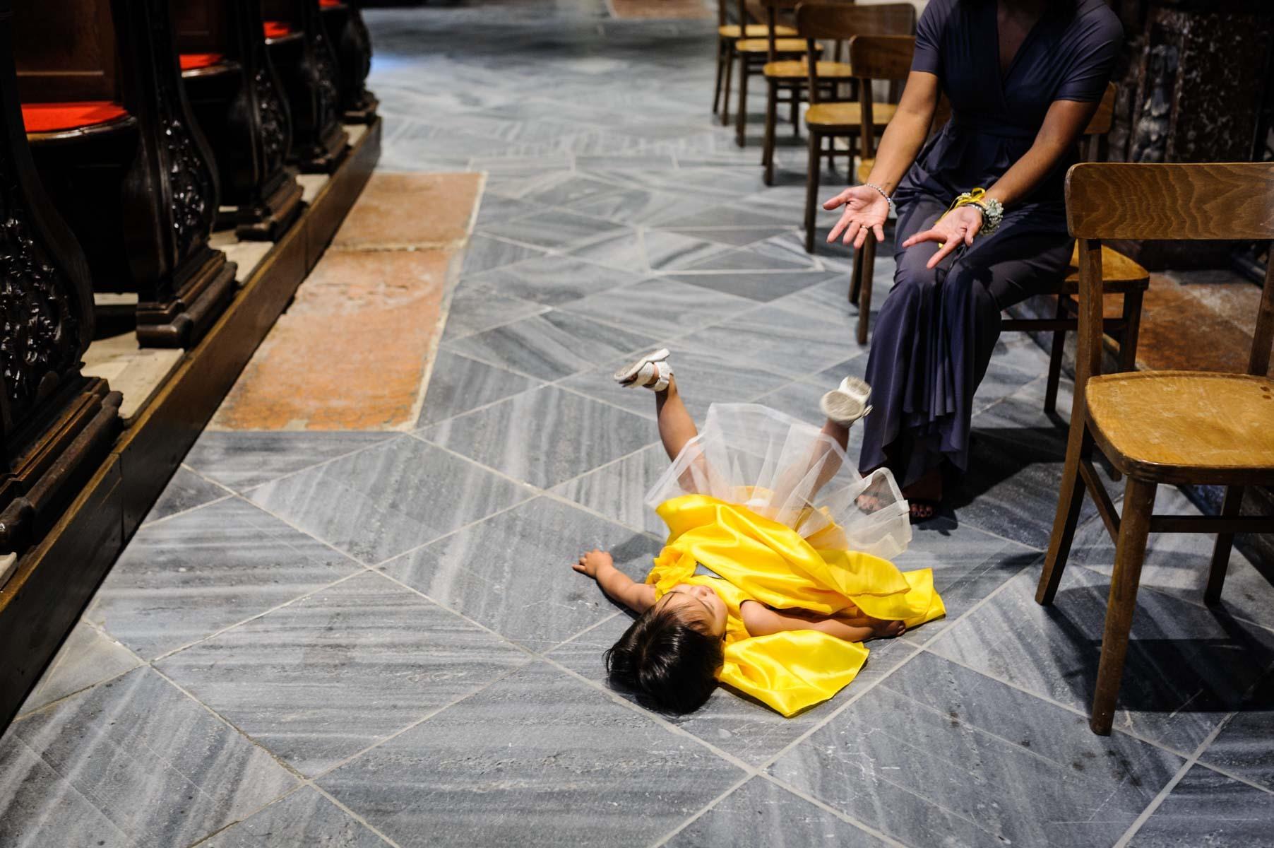 Hochzeit Kind am Boden